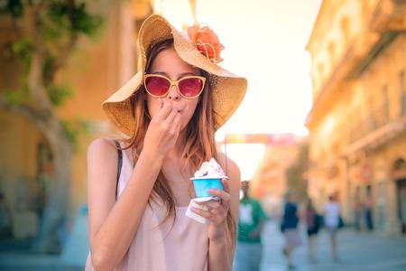 comiendo helado: comiendo un helado chica rubia Foto de archivo