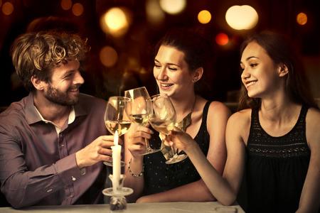 bebiendo vino: Tres amigos que hacen una tostada