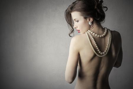 mujeres de espalda: Mujer de la elegancia y perlas