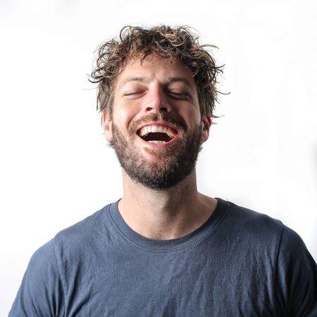 reir: Hombre joven que ríe