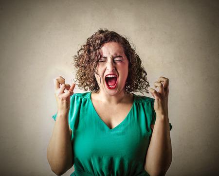 Mujer gritando loco