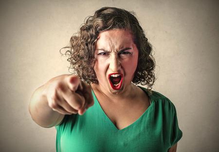 Verärgerte Frau, die auf etwas Standard-Bild