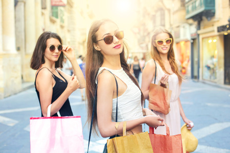 chicas de compras: Tres muchachas que hacen compras