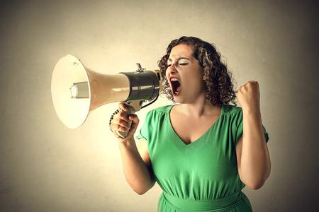 Vrouw schreeuwen in een megafoon