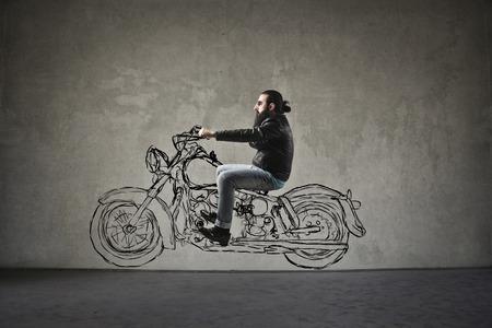 homme: L'homme au guidon d'une moto imaginaire