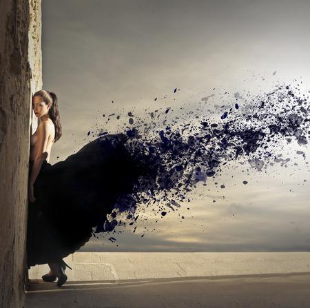 nudo integrale: Giovane donna con un bel vestito nero
