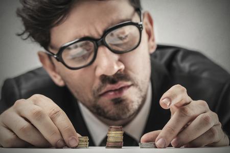 homme: Homme d'affaires à compter l'argent  Banque d'images