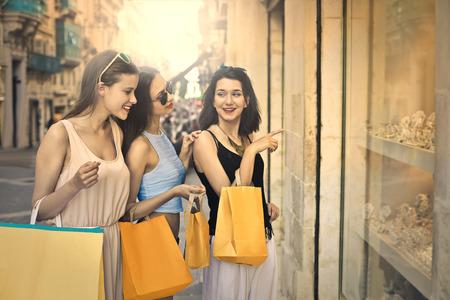 chicas de compras: Tres chicas haciendo compras en el centro de la ciudad