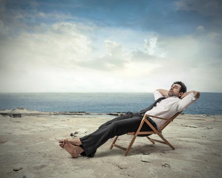 Zakenman ontspannen op het strand