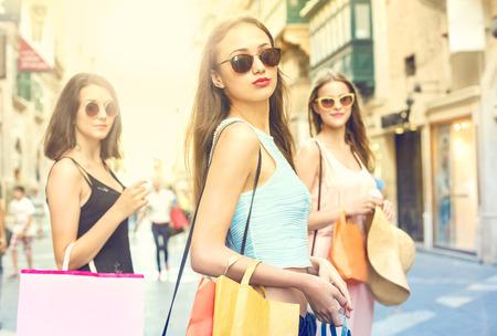 chicas de compras: Tres muchachas hermosas que hacen compras