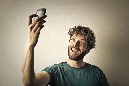 Apuesto hombre de tomar una selfie