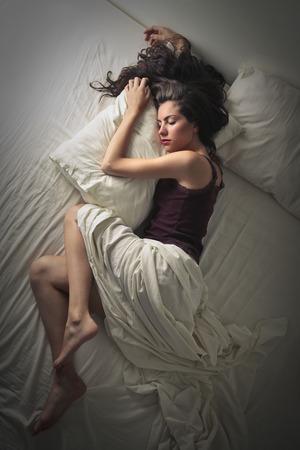 침대에서 자고 아름다운 여자 스톡 콘텐츠