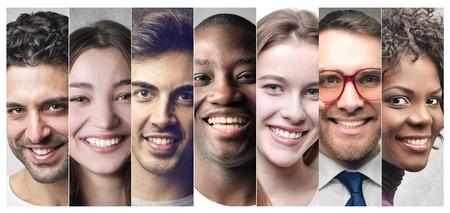 složení: Usmívající se lidé
