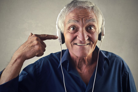 desprecio: Hombre que escucha la música a través de auriculares Foto de archivo