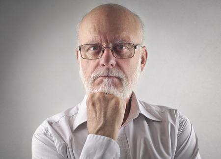 viso uomo: espressione seria sul volto di un uomo Archivio Fotografico