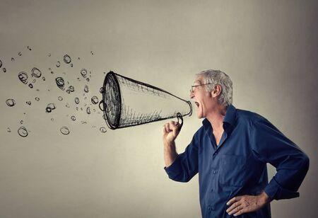 desprecio: Hombre que grita un mensaje