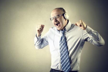 pasion: Hombre de negocios feliz escuchando música