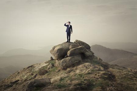 Hombre encima de una roca Foto de archivo