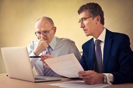 pacto: Los hombres de negocios que trabajan en un proyecto Foto de archivo