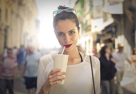 tomando jugo: Beber un batido