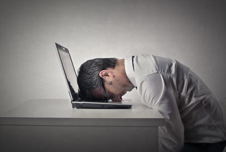 homme triste: Fatigué employé