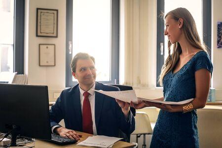 secretaria: Secretario de pasar algunos documentos a su jefe