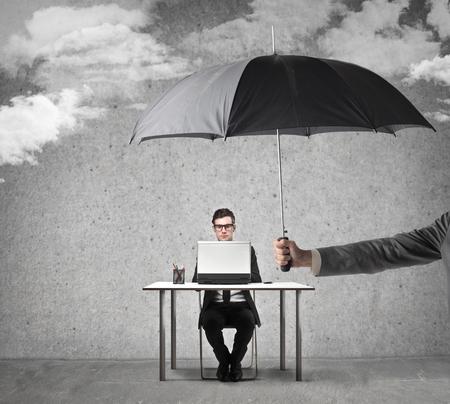 tormenta: Empleado protegido trabajando en su escritorio