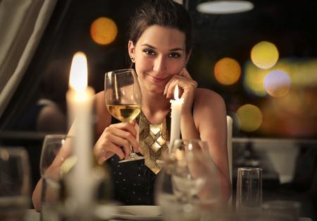 diner romantique: Femme sensuelle de boire un verre de vin blanc
