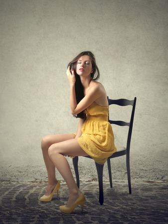 Seduto donna che indossa un vestito giallo Archivio Fotografico - 47828064