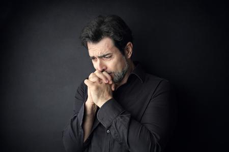 Hombre orando Foto de archivo