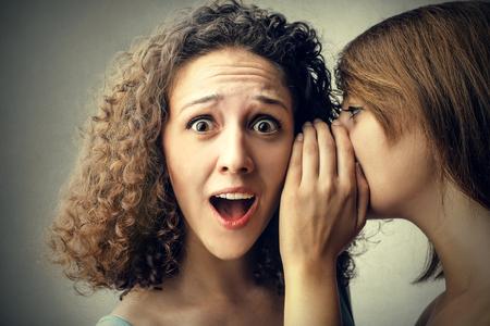 Mädchen flüstern Geheimnisse