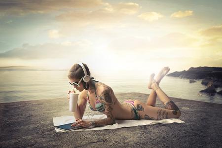 ビーチで刺青の女性