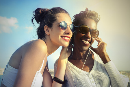 Freunde Musik hören Lizenzfreie Bilder