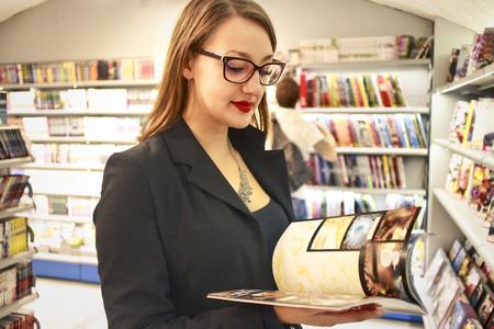 personas leyendo: Mujer leyendo una revista