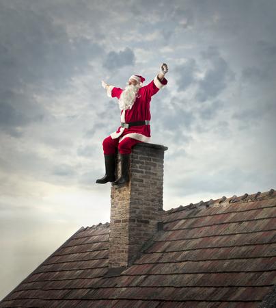 Zitting van de Kerstman op een schoorsteen