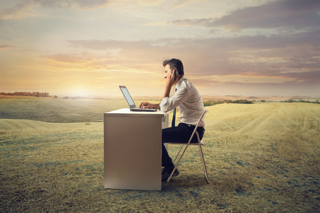 Pracownik pracuje na wsi