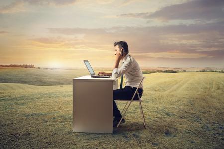 Zaměstnanec pracující v přírodě Reklamní fotografie