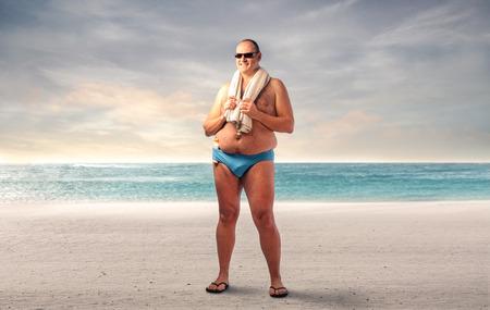 quemadura: Hombre gordo en la playa Foto de archivo