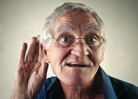 Hombre de edad casi sordo Foto de archivo - 47840825