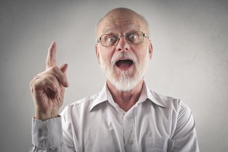 hombre viejo: Sorprendido el hombre