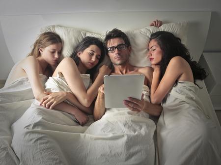 enamorados en la cama: Hombre poderoso dormir con tres mujeres
