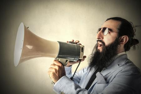 Crier à travers un mégaphone Banque d'images
