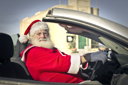 santa claus: Pap� Noel que conduce un coche Foto de archivo