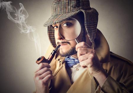 Detective fumant une pipe Banque d'images