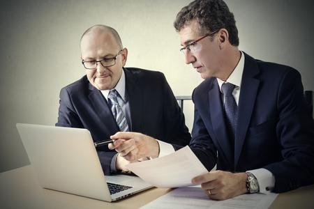 operaia: Businessmen working together