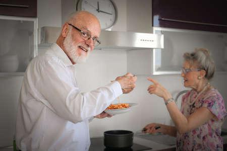 persona de la tercera edad: El hombre mayor y la mujer que come las pastas