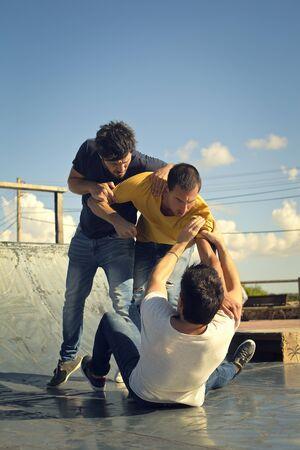 pelea: Tres hombres involucrados en una pelea Foto de archivo