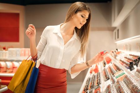Kobieta wybierając odpowiedni kolor