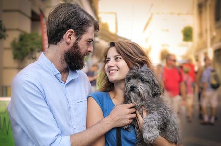 animalitos tiernos: feliz pareja con un perro Foto de archivo