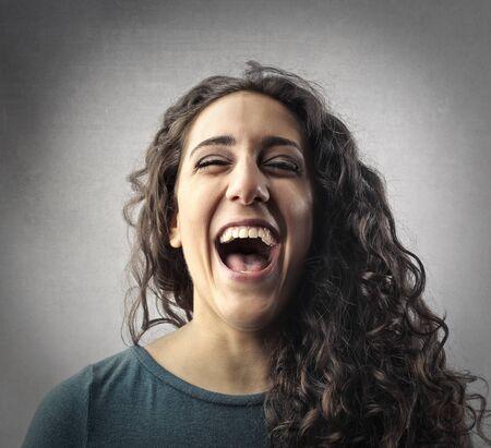 reir: Retrato de risa de la mujer